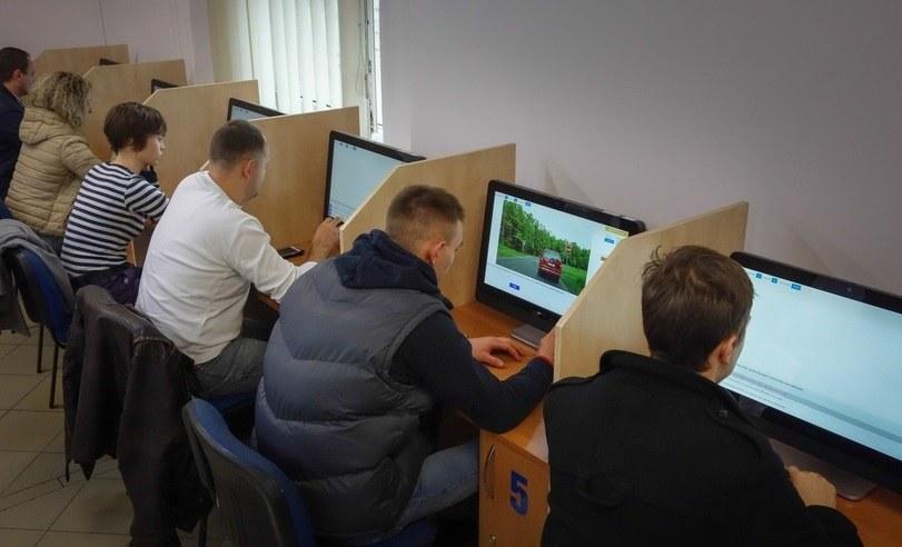 Testy na prawo jazdy sprawiają spore problemy kandydatom na kierowców /Piotr Kamionka /Reporter