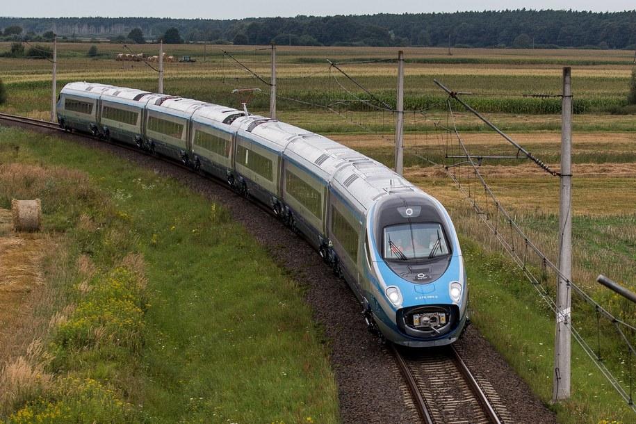 Testy pociągu Pendolino na torze eksperymentalnym Instytutu Kolejnictwa w Bychowie pod Żmigrodem /Maciej Kulczyński /PAP