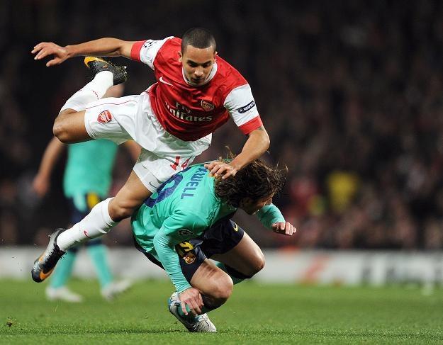 Theo Walcott (z lewej) walczy o piłkę z Maxwellem z FC Barcelony /AFP