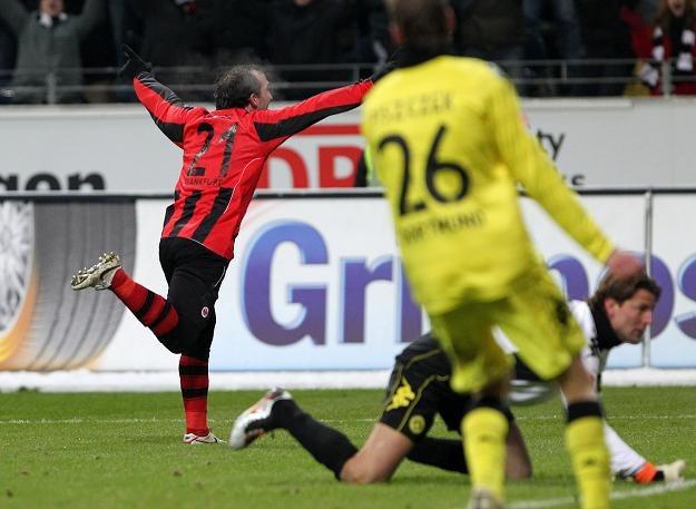 Theofanis Gekas cieszy się po zdobyciu zwycięskiego gola dla Eintrachtu w meczu z Borussią /AFP