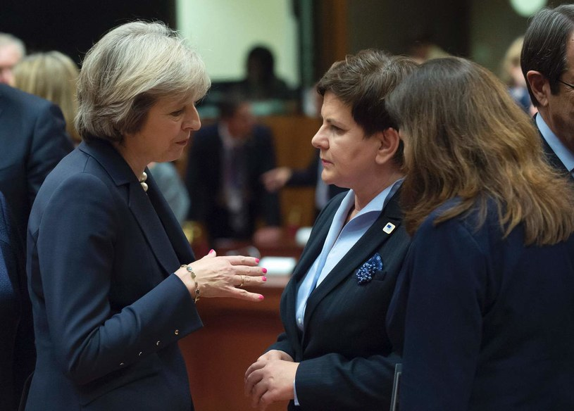 Theresa May zapewnia, że najpóźniej w marcu złoży wniosek o uruchomienie artykułu 50. unijnego traktatu, na zdjęciu z Beatą Szydło /AFP