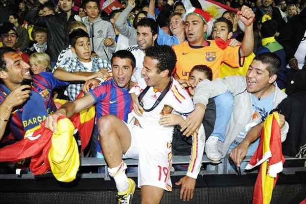 Thiago Alcantara był noszony na rękach przez kibiców po finałowym meczu ME do lat 21 /AFP