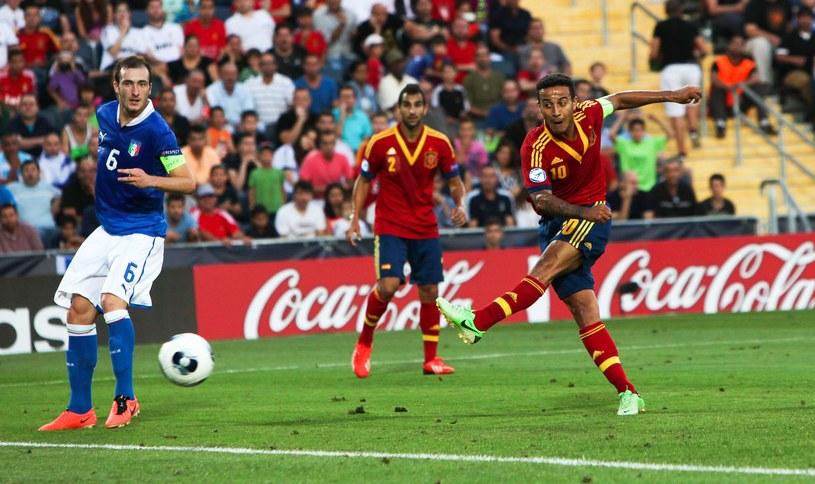 Thiago Alcantara strzela gola z rzutu karnego dla Hiszpanii w finale ME U21 z Włochami /PAP/EPA
