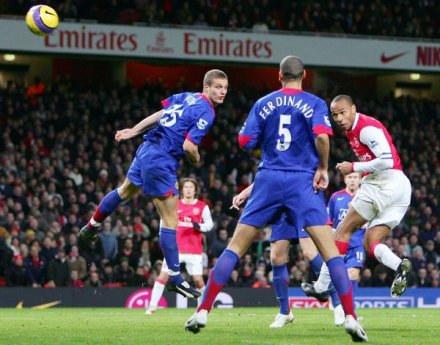 Thierry Henry strzela zwycięskiego gola /AFP