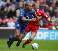 Thierry Henry (z lewej) ma kłopoty z pachwiną /AFP