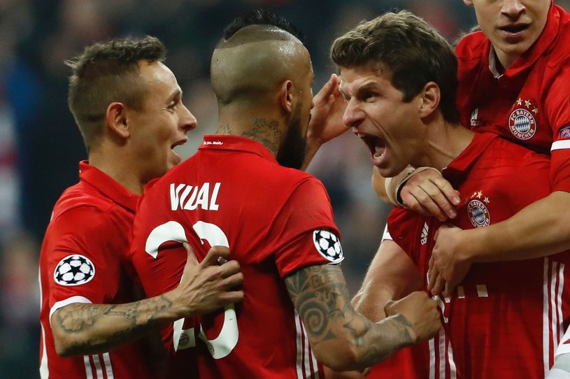 Thomas Mueller (z prawej) przekonuje, że Bayern jest uzależniony od wygrywania /AFP