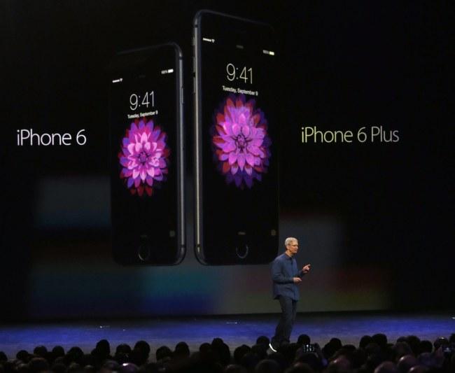 Tim Cook podczas prezentacji nowych iPhone'ów /PAP/EPA/MONICA DAVEY /PAP/EPA