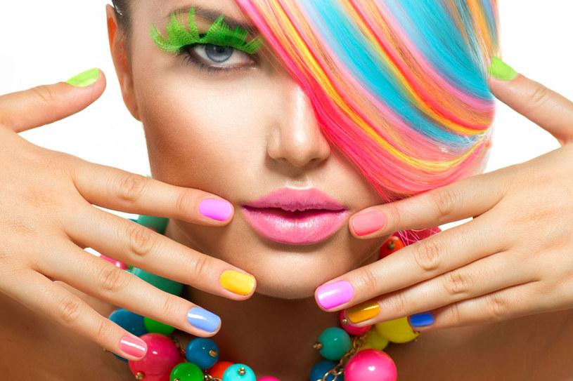 Tipsy przyklejaj tylko od czasu do czasu, osłabiają paznokcie. /©123RF/PICSEL