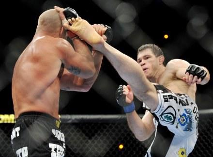 Tito Ortiz (z lewej) i Forrest Griffin podczas walki w stójce /Getty Images/Flash Press Media
