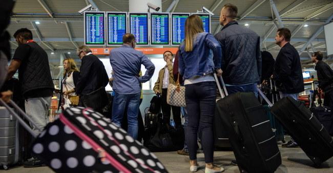 Tłum pasażerów na warszawskim lotnisku Chopina /PAP/Jakub Kamiński  /PAP