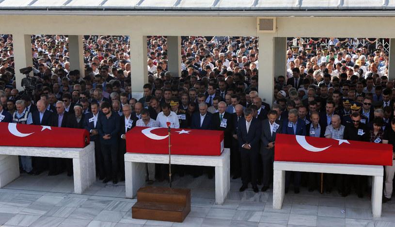 Tłum przed trumnami ofiar nieudanego puczu w Turcji /AFP