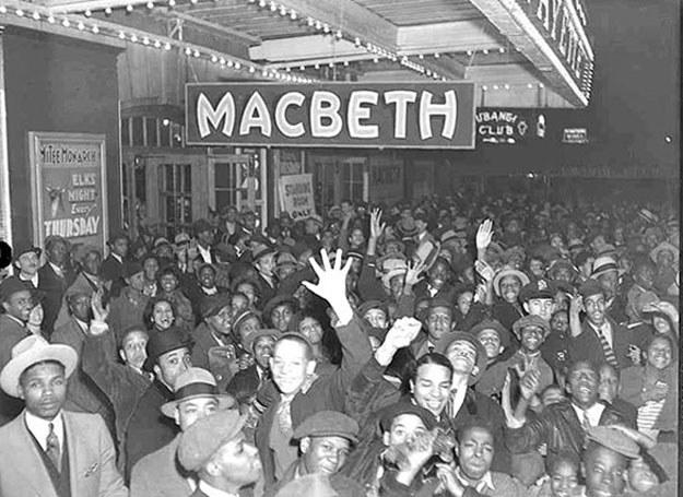 Tłum starający się kupić bilety na Makbeta /Agnieszka Lisak – blog historyczno-obyczajowy