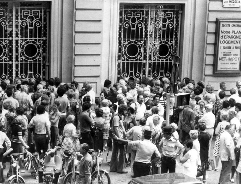 Tłum zebrany przed bankiem - ludzie domagali się szybkiego wyjaśnienia całej sprawy /East News