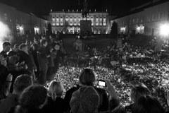 Tłumy ludzi czuwają pod Pałacem Prezydenckim