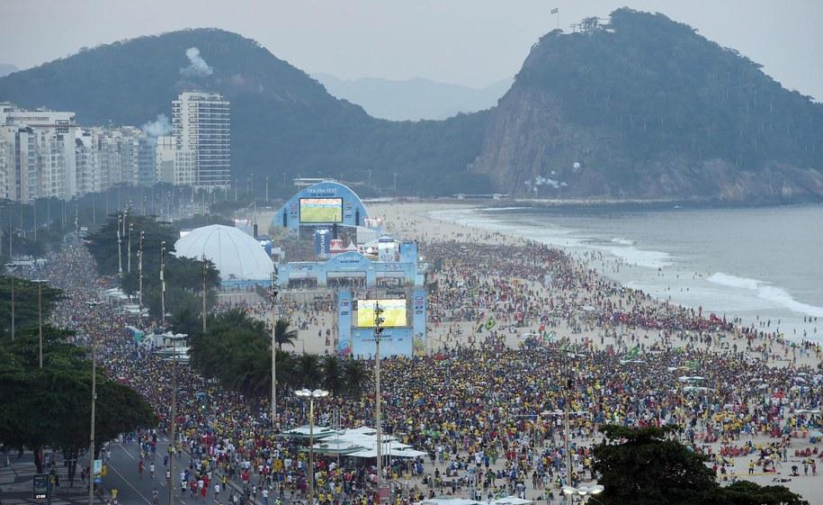 Tłumy na Copacabanie /DANIEL DAL ZENNARO  /PAP/EPA