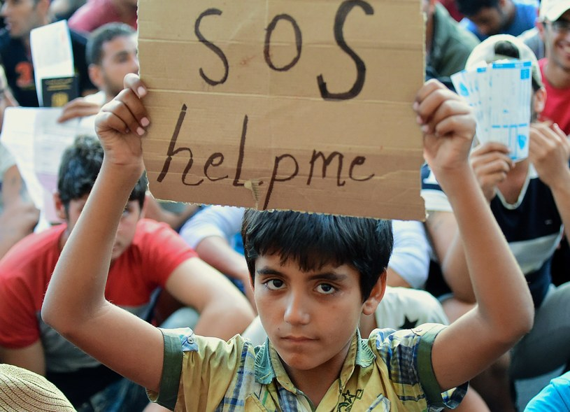 Tłumy uchodźców koczują w pobliżu dworca kolejowego w Budapeszcie /Attila Kisbenedek /AFP