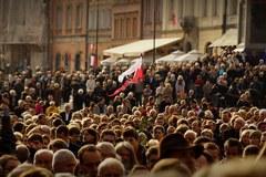 Tłumy warszawiaków żegnają Tadeusza Mazowieckiego