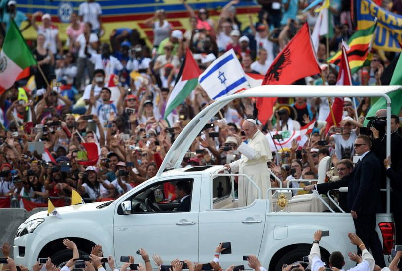 Tłumy witają papieża Franciszka /Jacek Turczyk /PAP