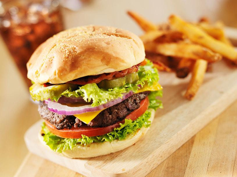 Tłusta, niezdrowa dieta, może mieć tak samo fatalny wpływ na zdrowie, co stres /123RF/PICSEL