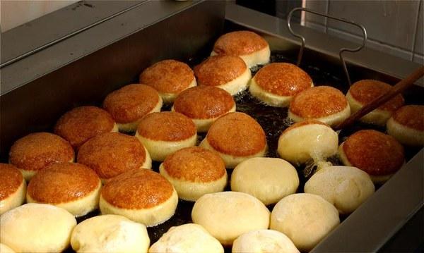"""Produkcja pączków w piekarni """"Społem PSS w Olsztynie"""" na dwa dni przed tłustym czwartkiem. Firma dziedziczy tradycje spółdzielni założonej w 1945 roku i od lat stosuje stare, sprawdzone receptury/ fot. Tomasz Waszczuk"""