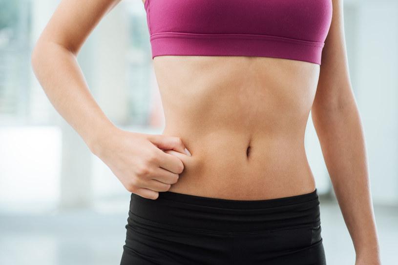 Tłuszcz z brzucha możesz przeszczepić np. na pośladki /123RF/PICSEL