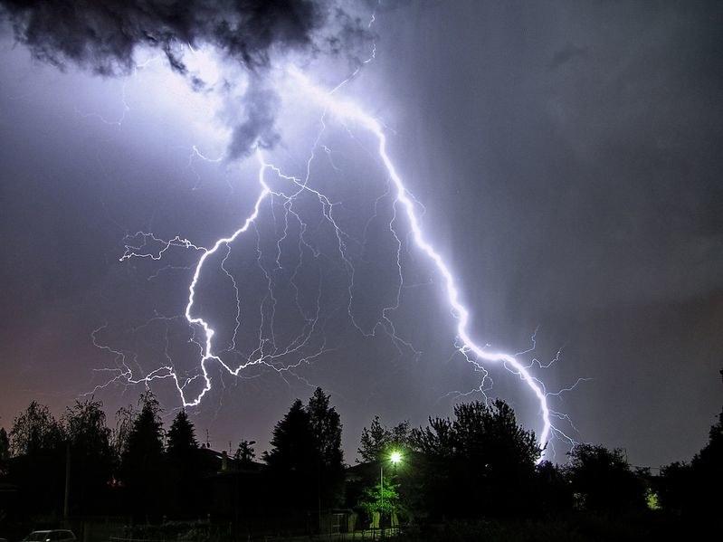 To aktywność słoneczna wywołuje niebezpieczne burze na Ziemi /123RF/PICSEL