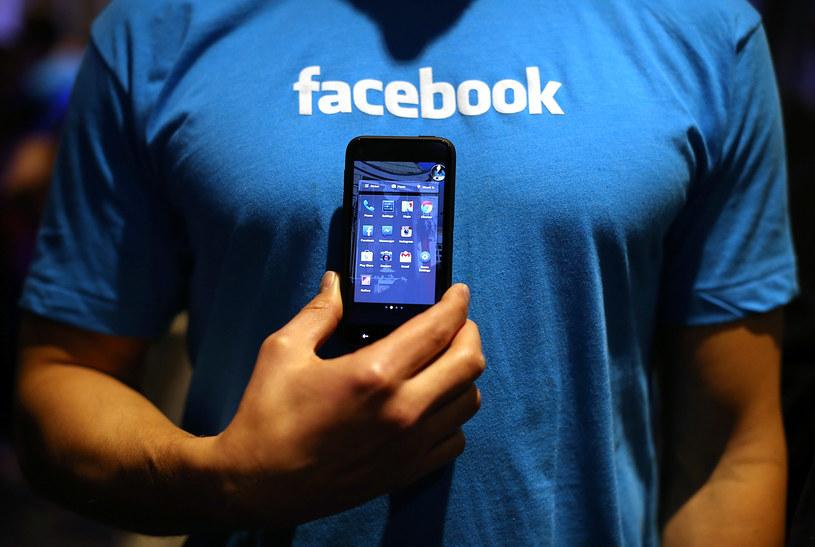 To dzięki wersji mobilne Facebook jest w stanie bić kolejne rekordy popularności /AFP