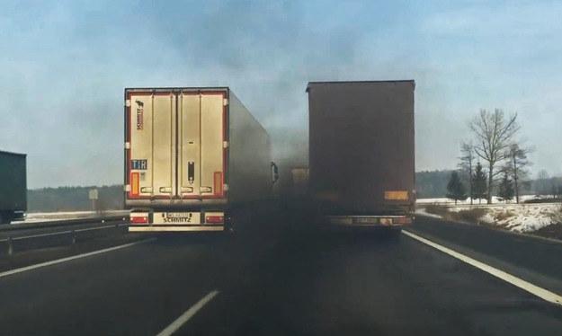 To już nie spaliny - to prawdziwa zasłona dymna /poboczem.pl