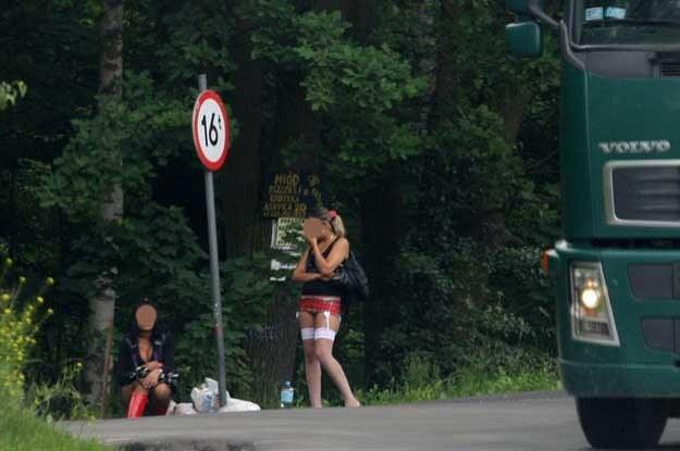 To kobiety, pracujące przy drogach i umilające czas zmotoryzowanym podróżnym /Fot. Wojciech Traczyk /East News