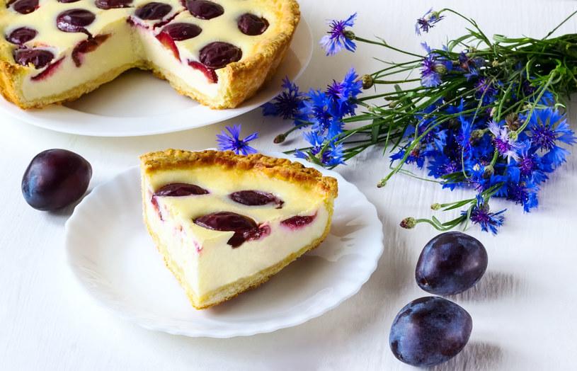 To miła odmiana od typowego jogurtowego ciasta ze śliwkami /123RF/PICSEL