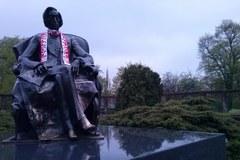 To nam się podoba. Pomniki w kilku miastach przystrojone w biało-czerwone szaliki