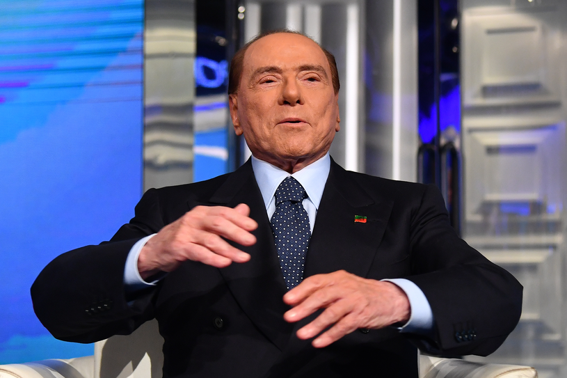 To nie figura woskowa, to Silvio Berlusconi /AFP