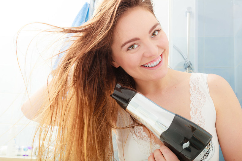 To nie urządzenia szkodzą włosom, tylko… my. Jeśli będziesz suszyć ociekające wodą pasma, z pewnością je zniszczysz! /123RF/PICSEL