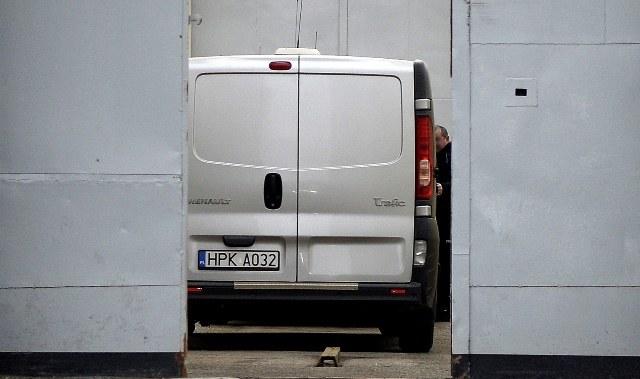 To przez tę bramę wyjedzie samochód z Mariuszem T. /Darek Delmanowicz /PAP
