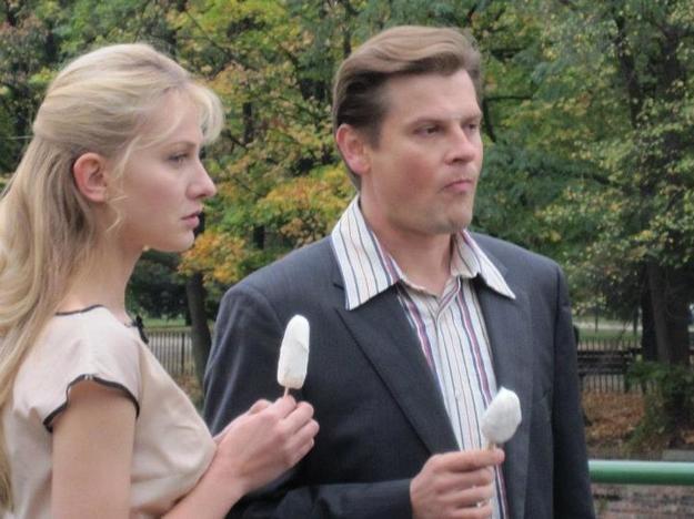- To też opowieść o niezwykłej miłości między Anną i jej mężem - mówi Szymon Sędrowski, który w serialu gra Zbigniewa Tucholskiego. /Agencja W. Impact