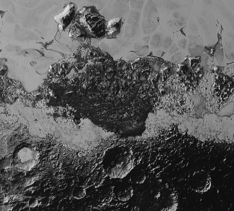 To zbliżenie powierzchni Plutona pokazuje niezwykłą różnorodność tamtejszych form terenu /NASA