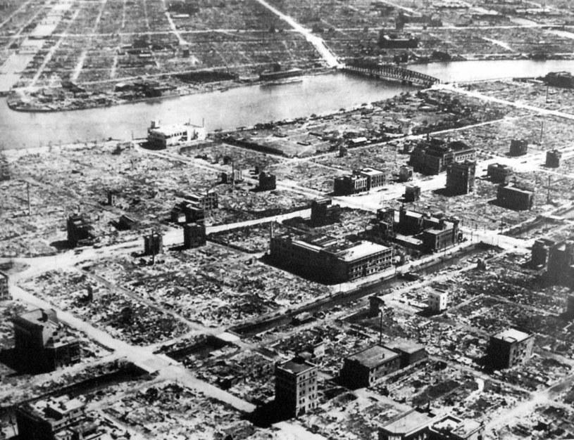 Tokio po amerykańskim bombardowaniu. W nalocie mogło zginąć nawet 100 tys. osób. /materiały prasowe