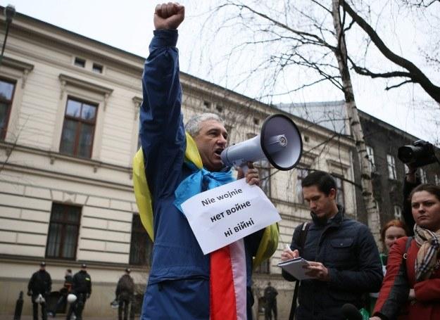Tolek Jakiemiv, który był na ukraińskim Majdanie, uczestniczy w demonstracji pod konsulatem Rosji w Krakowie /Stanisław Rozpędzik /PAP