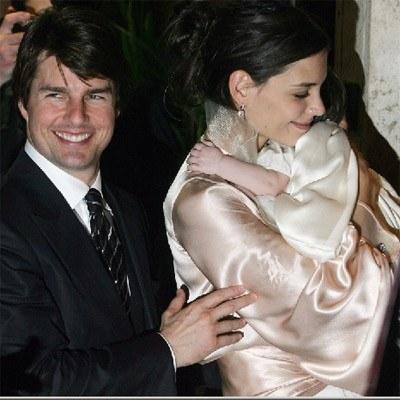 Tom Cruise i jego białe zęby oraz Katie Holmes z córeczką Suri /AFP