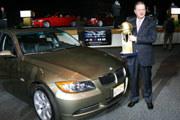 Tom Purves, szef BMW na Ameryke Północną ze statuetką WCOTY 2006 /INTERIA.PL