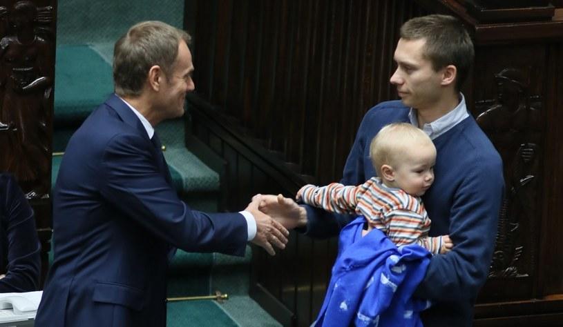 Tomasz Elbanowski z synkiem i premier Donald Tusk /Leszek Szymański /PAP