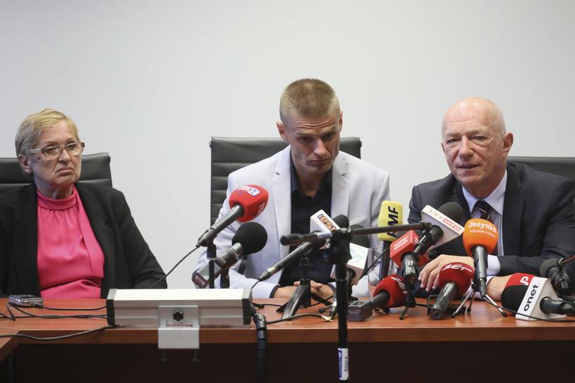 Tomasz Komenda (C), jego mama Teresa Klemańska (L) i były minister sprawiedliwości, adwokat Zbigniew Ćwiąkalski (P) /Paweł Supernak /PAP