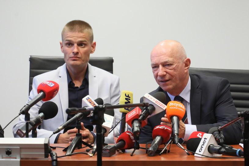 Tomasz Komenda (L) i były minister sprawiedliwości, adwokat Zbigniew Ćwiąkalski (P) /Paweł Supernak /PAP