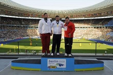 Tomasz Majewski (z lewej) traktuje zdobycie srebrnego medalu MŚ jako porażkę. /AFP