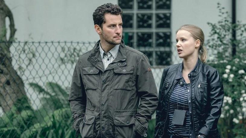 Tomek i Monika (Joanna Kulig) jako policyjni partnerzy będą się powoli docierać. /Jaroslaw Sosinski /AXN