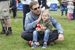 """Tomek jest bez pamięci zakochany w córeczce. Twierdzi, że Lenka jest jego kopią. Cieszy się, że będzie miała rodzeństwo. """"Myślę, że coraz lepiej radzę sobie w roli ojca"""", deklaruje. /fot  /AKPA"""