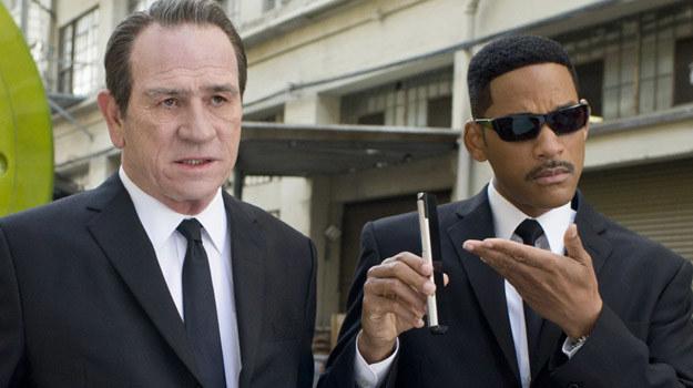 """Tommy Lee Jones i Will Smith w scenie z filmu """"Faceci w czerni 3"""" /materiały dystrybutora"""