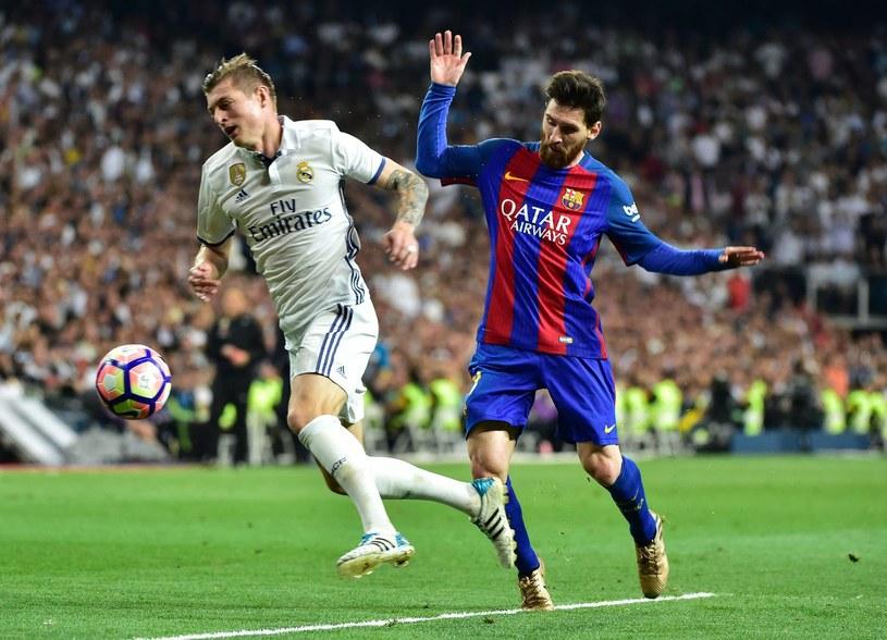 Toni Kroos (z lewej) z Realu kontra Leo Messi z Barcelony /AFP