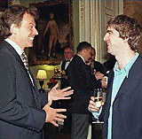 Tony Blair i Noel Gallagher (Oasis) w siedzibie premiera w 1997 roku /AFP