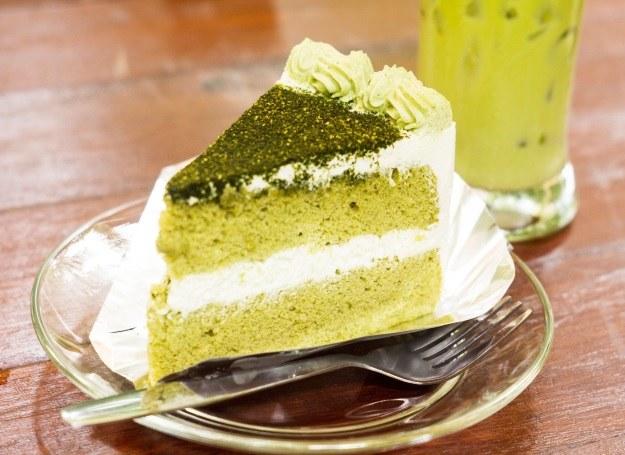 Torcik na bazie zielonej herbaty w proszku (matchy) /©123RF/PICSEL
